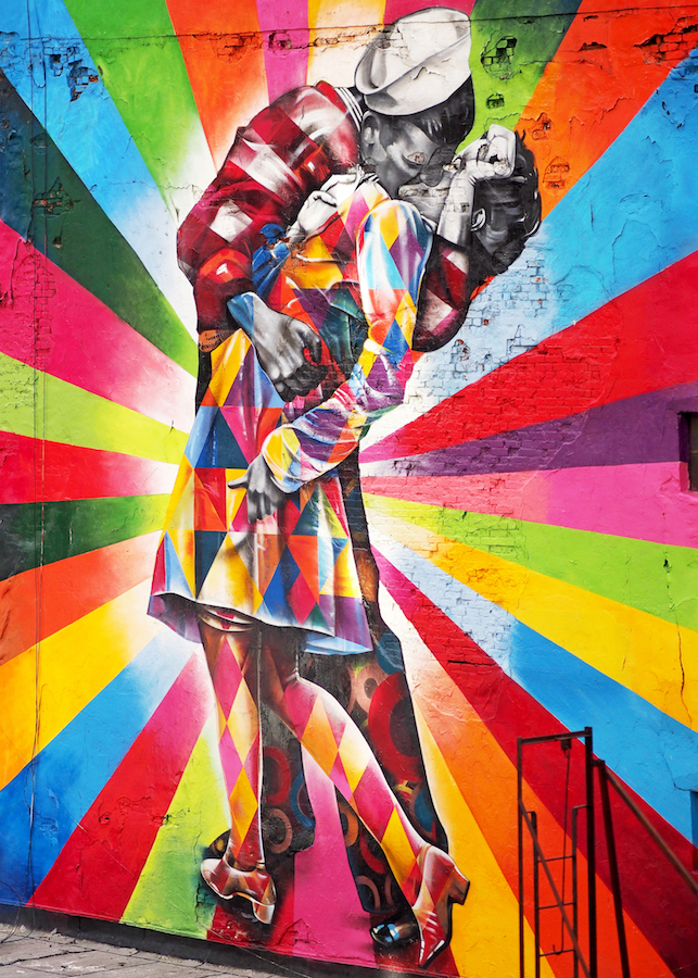 The Kiss: photo/mural/photo